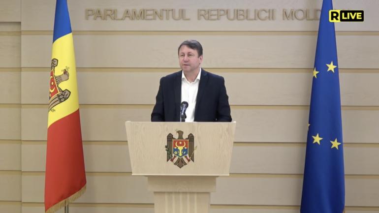 Deputatul Igor Munteanu susține un briefing de presă cu privire la introducerea sistemului de vot alternativ în Moldova