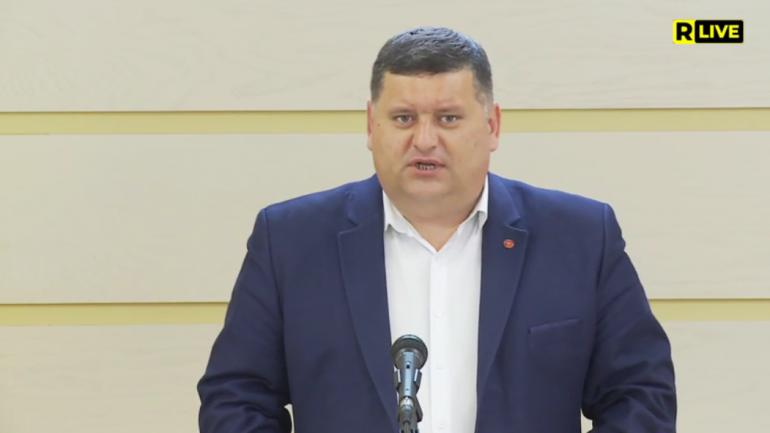 Deputatul PSRM, Petru Burduja, susține un briefing de presă