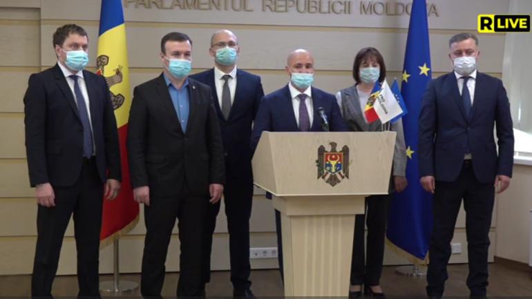 """Deputații Grupului parlamentar """"Pro Moldova"""" face declarații de presă de la tribuna Parlamentului"""