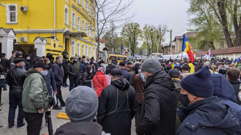 Protestele continuă în fața Curții Constituționale
