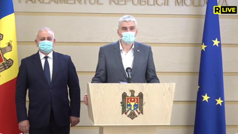 Deputații din Fracțiunea ACUM Platforma DA, Alexandru Slusari și Chiril Moțpan, susțin un briefing de presă