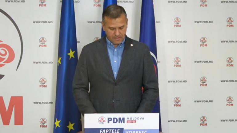 Vicepreședintele PDM, Alexandru Pînzari, fost ministru al Apărării, susține un briefing de presă