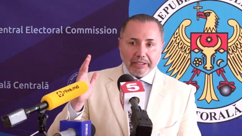 Fostul deputat român Cristian Rizea susține declarații de presă după ședința Comisiei Electorale Centrale