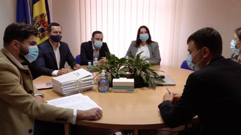 """Liderul Partidului """"Puterea Oamenilor"""", Ruslan Codreanu, și membrii echipei sale depun actele la CEC"""