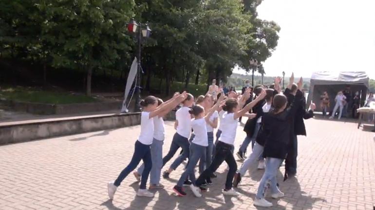 """Lansarea de unei picturi murale în Parcul """"Valea Morilor"""" din Chișinău pentru a marca """"Ziua internațională a copiilor victime ale agresiunii"""""""