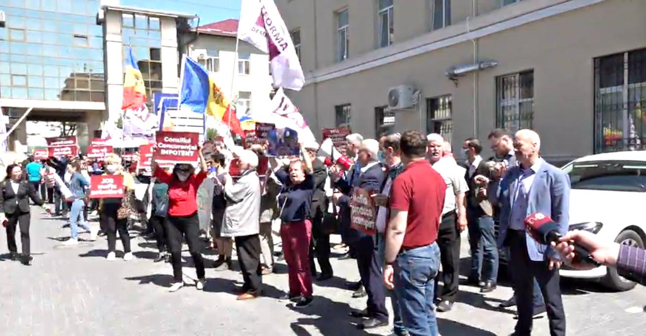 """Protest la Consiliul Concurenței """"Jos mafia petrolieră"""""""