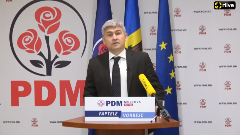 Secretarul general al PDM, Alexandru Jizdan, fost ministru al Afacerilor Interne, susține un briefing de presă