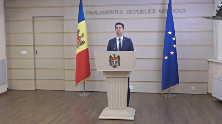 Deputatul fracțiunii PAS, Mihai Popșoi, susține un briefing de presă