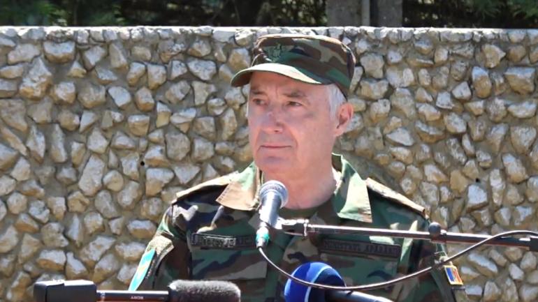 Ministrul Apărării în exerciţiu, Victor Gaiciuc, susţine un briefing de presă