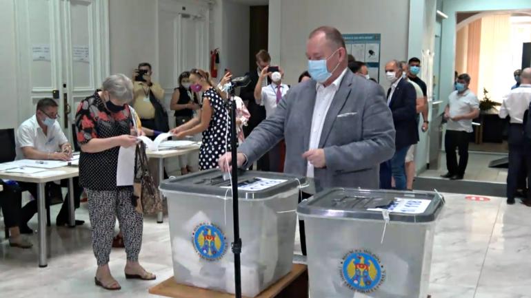 Prim-ministrul interimar, Aureliu Ciocoi, își exercită dreptul la vot în cadrul alegerilor parlamentare anticipate