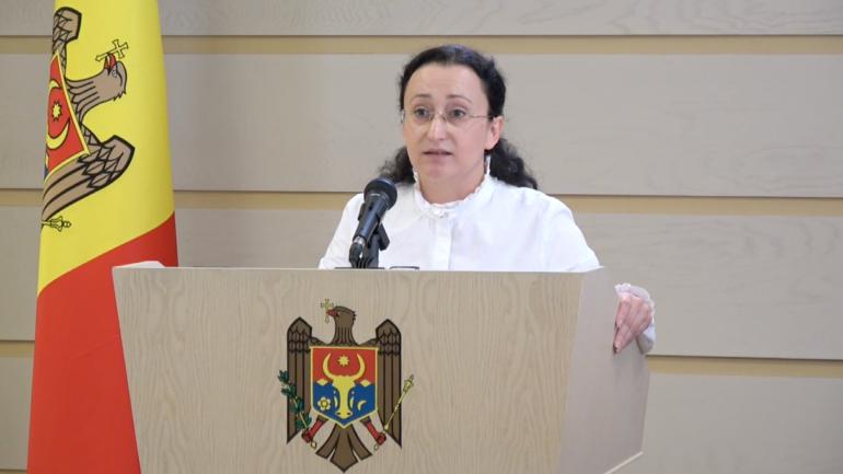Deputata fracțiunii parlamentare ACUM Platforma DA, Inga Grigoriu, susține un briefing de presă