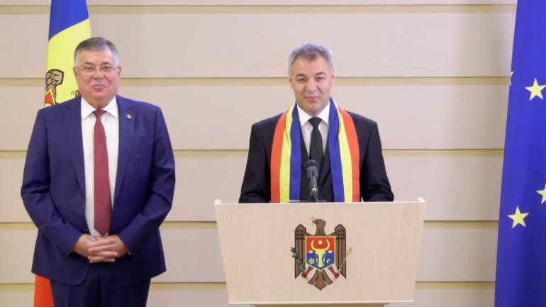 Deputații Iurie Reniță și Octavian Țîcu susțin un briefing de presă