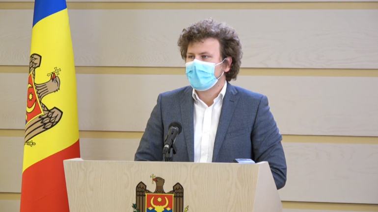 Președintele Comisiei protecție socială, sănătate și familie, Dan Perciun, susține un briefing de presă