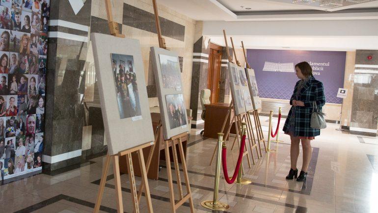 """Expoziția de fotografie """"Abilitățile digitale conectează generații"""", lansată de Parlamentul R. Moldova și Fondul ONU pentru Populație"""