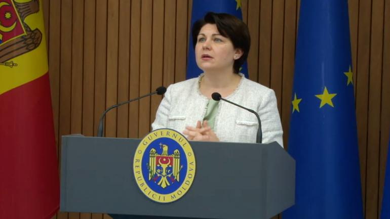 Prim-ministrul Natalia Gavrilița și ministrul Muncii și Protecției Sociale, Marcel Spătari, susțin o conferință de presă