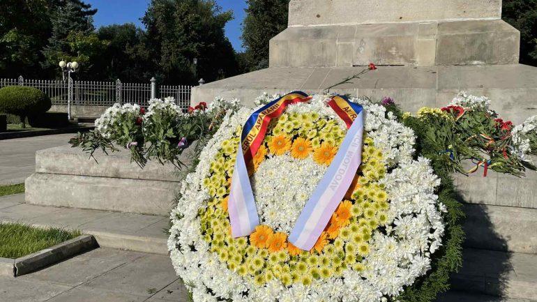 Depuneri de flori la Monumentul lui Ștefan cel Mare și Sfânt, cu ocazia aniversării a 30-a de la crearea Armatei Naționale