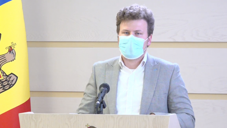 Președintele Comisiei protecție socială, sănătate și familie, Dan Perciun susține un briefing de presă